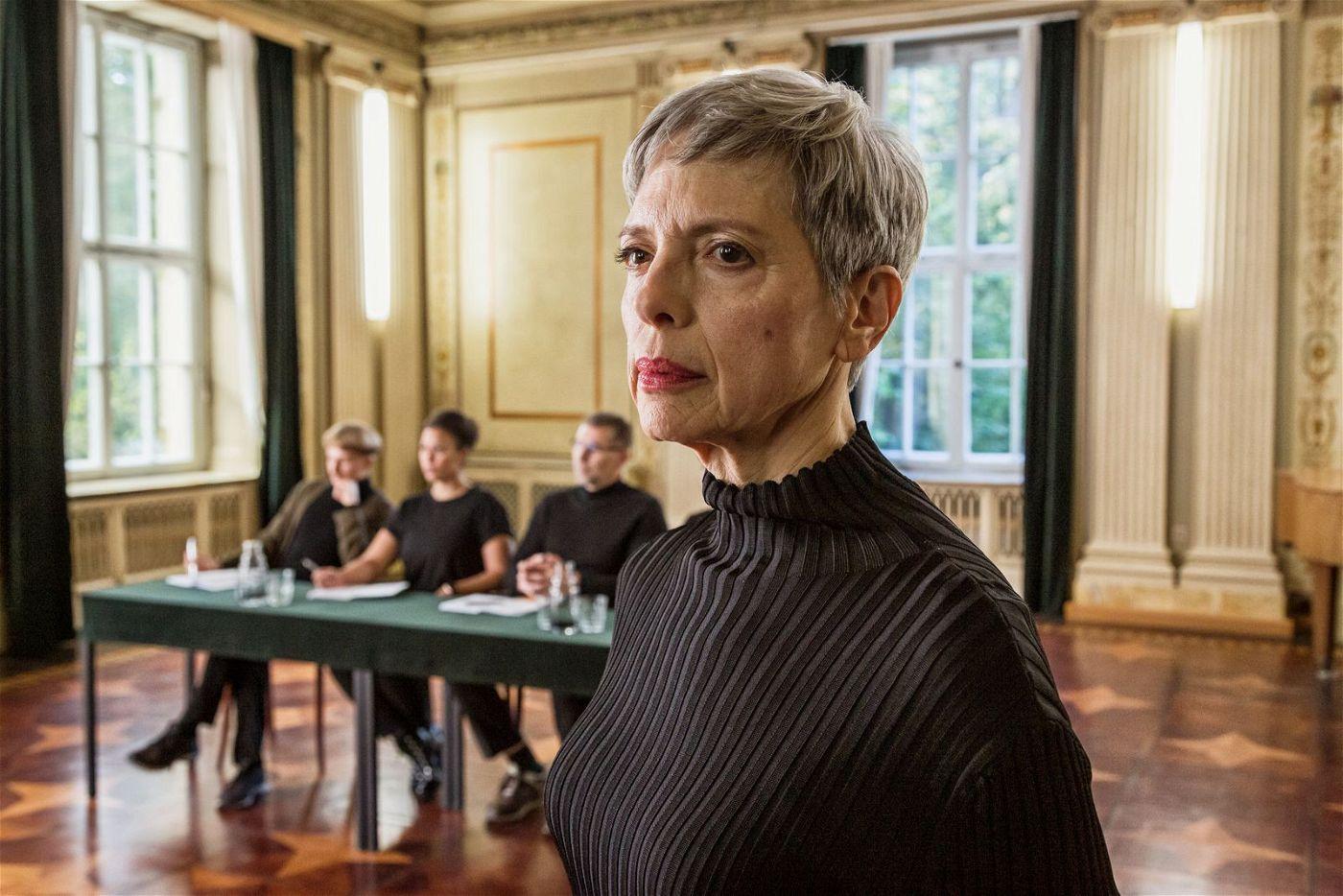 Frau Rosebloom (Helen Schneider) erwartet von ihren Schülerinnen Gehorsam und Disziplin.