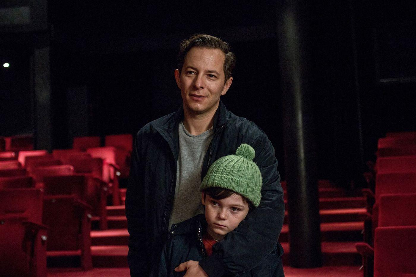 Katyas Vater Victor (Trystan Pütter) und ihr Bruder Paul (Anton Wichers) sind überrascht von Katyas Talent als Hip-Hop-Tänzerin.