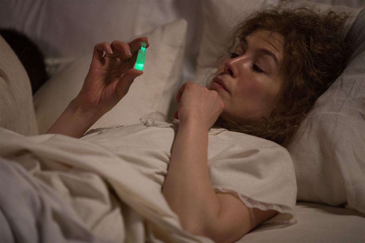 Marie Curie (Rosamund Pike) kann sich auch des Nachts nicht vom Radium trennen.