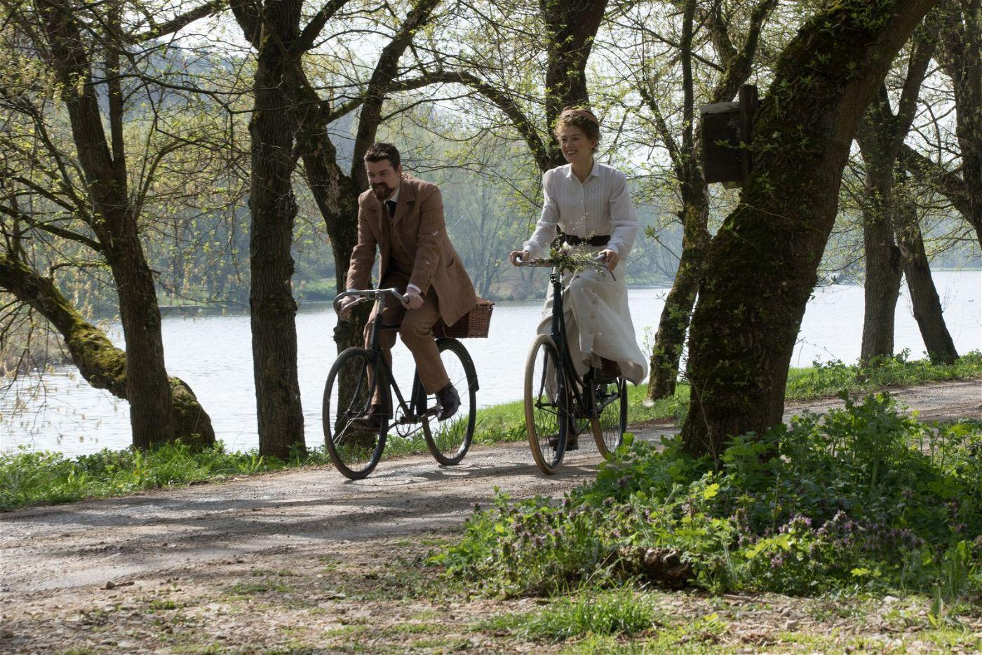 Pierre (Sam Riley) und Marie Curie (Rosamund Pike) verbringen leidenschaftliche Flitterwochen auf dem Fahrrad - und an idyllischen Seen.