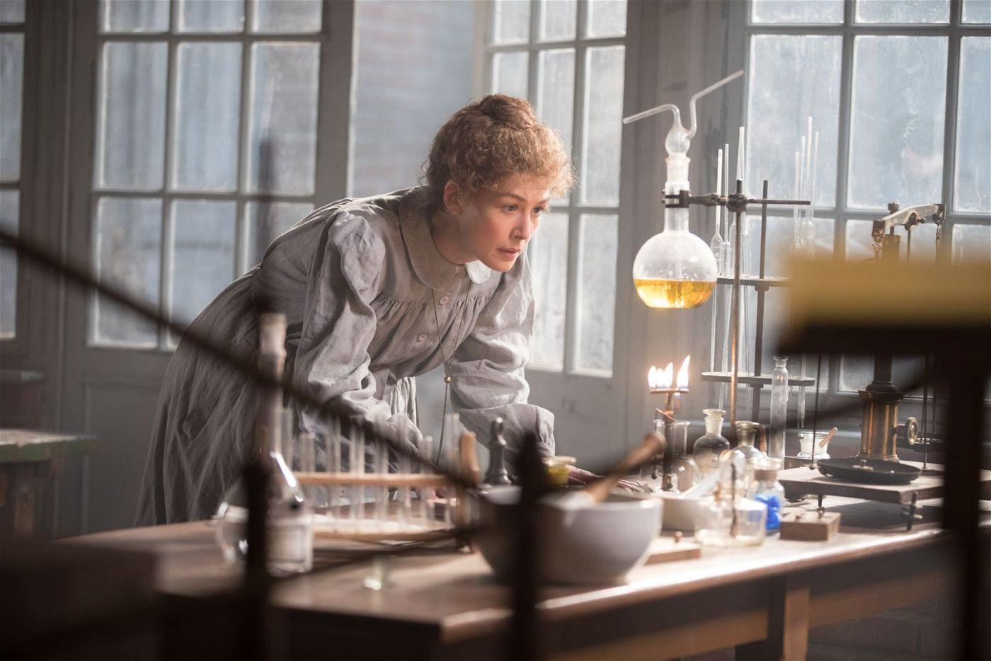 Die Chemikerin Marie Curie (Rosamund Pike) ist im Begriff, eine epochale Entdeckung zu machen.