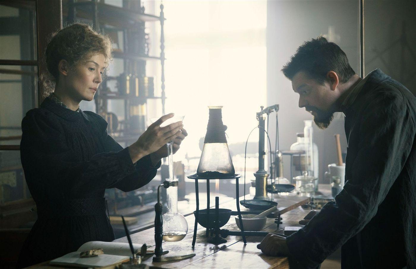 Marie (Rosamund Pike) ist die Denkerin, Pierre (Sam Riley) übernimmt den technischen Nachweis der Entdeckung der Radioaktivität.