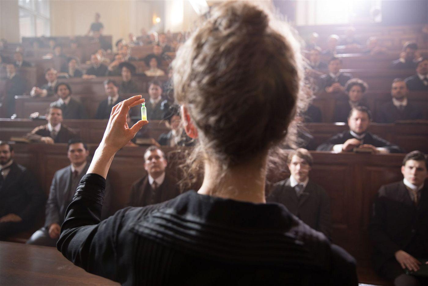 Marie Curie (Rosamund Pike) muss die Fachwelt noch von ihrer Entdeckung überzeugen.