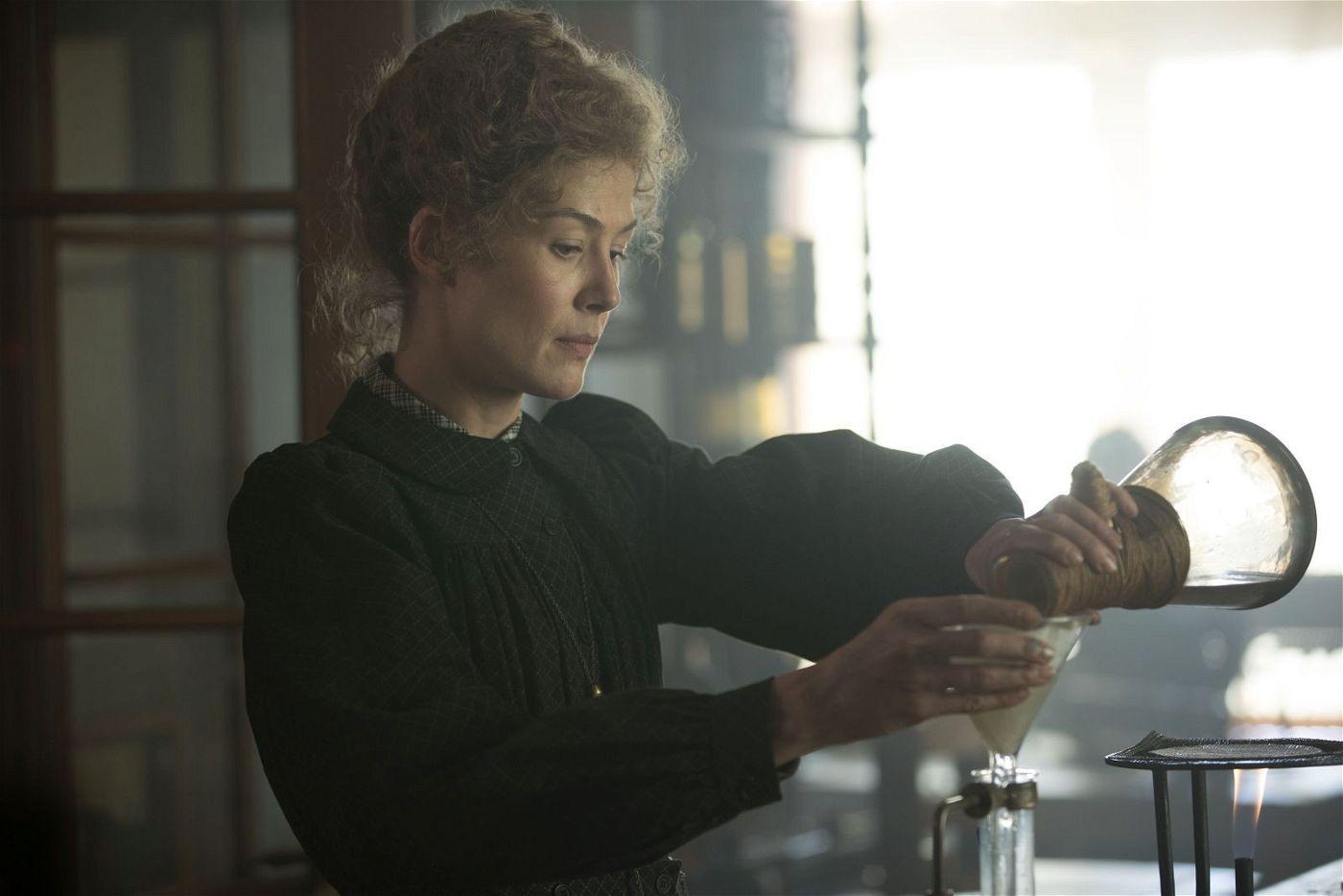 Im Labor ist Marie Curie (Rosamund Pike) ganz in ihrem Element.