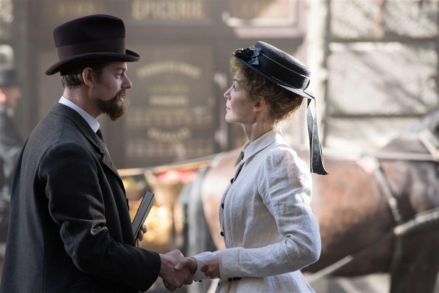 Zufällig begegnen sich Marie (Rosamund Pike) und Pierre (Sam Riley) auf der Straße.