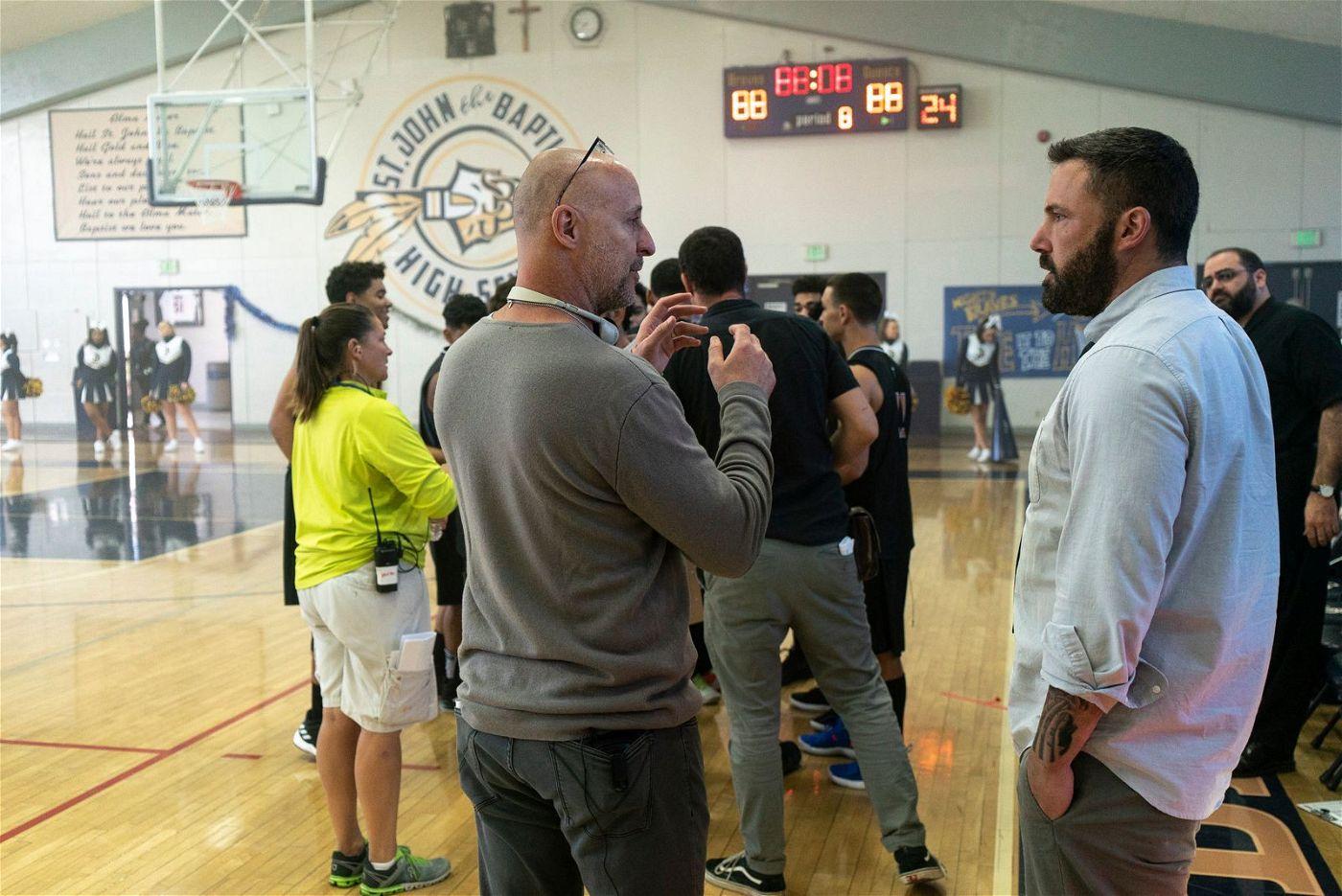 Bei den Dreharbeiten: Regisseur Gavin O'Connor erklärt Ben Affleck (rechts) eine Szene.