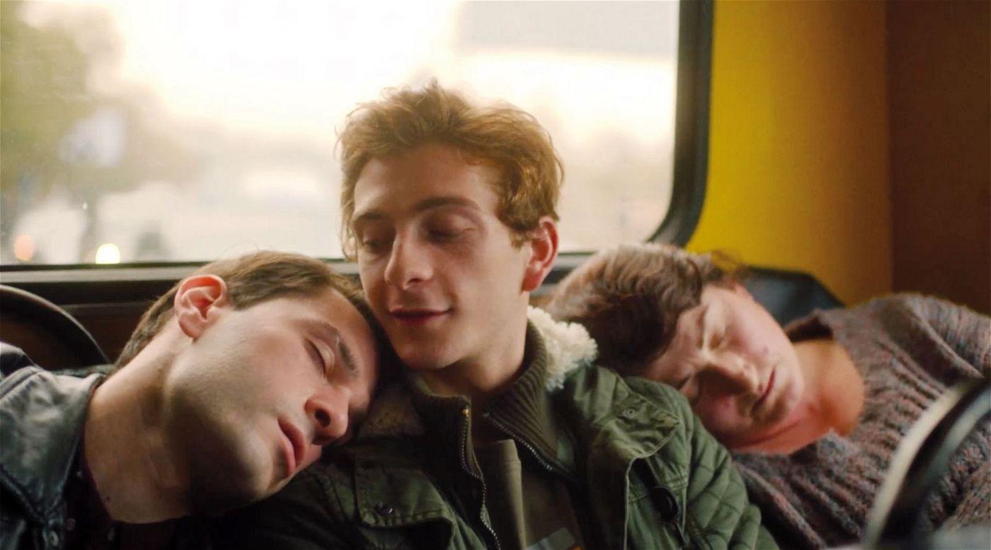 Erschöpft fahren Irakli (Bachi Valishvili, links) und Merab (Levan Gelbakhiani) mit dem Bus nach Hause.