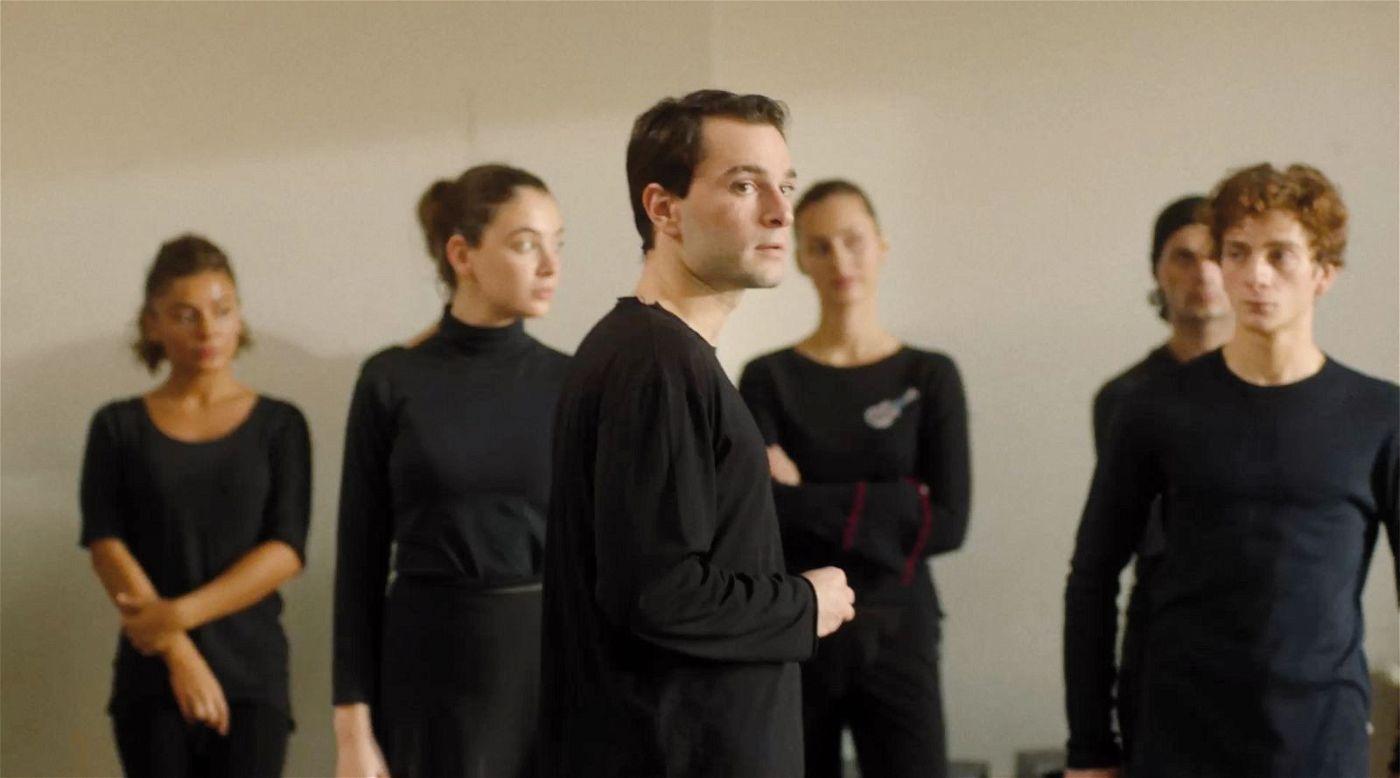 Irakli (Bachi Valishvili, Mitte) ist neu in der Tanztruppe von Merab (Levan Gelbakhiani, rechts).