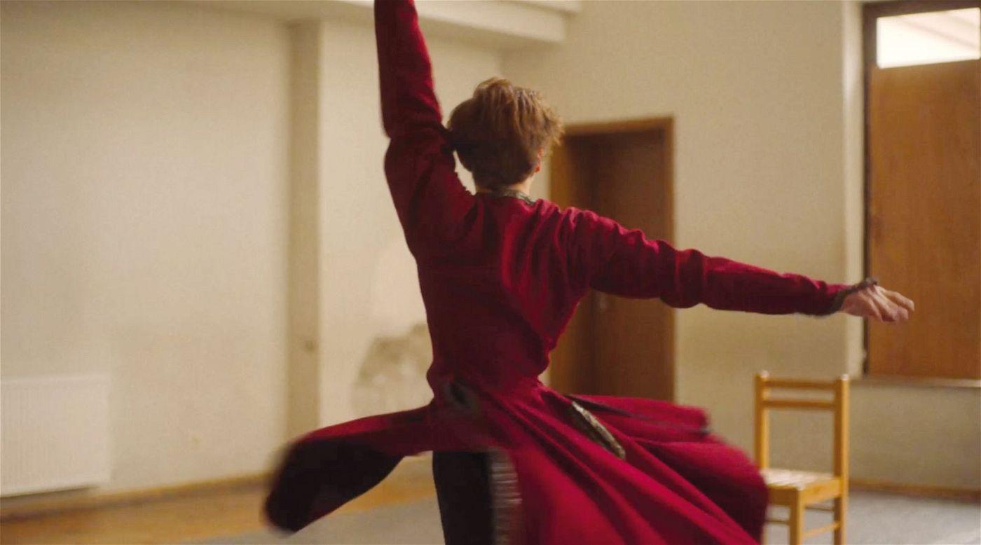Merab (Levan Gelbakhiani) ist fasziniert vom georgischen Tanz, fühlt sich durch die Traditionen seines Heimatlandes aber auch eingeengt.