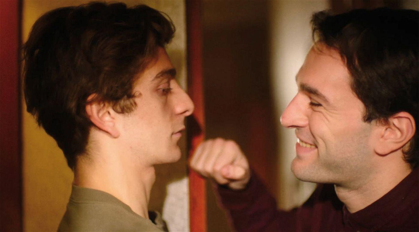 Merab (Levan Gelbakhiani, links) und Irakli (Bachi Valishvili) lernen sich beim Tanzen kennen.