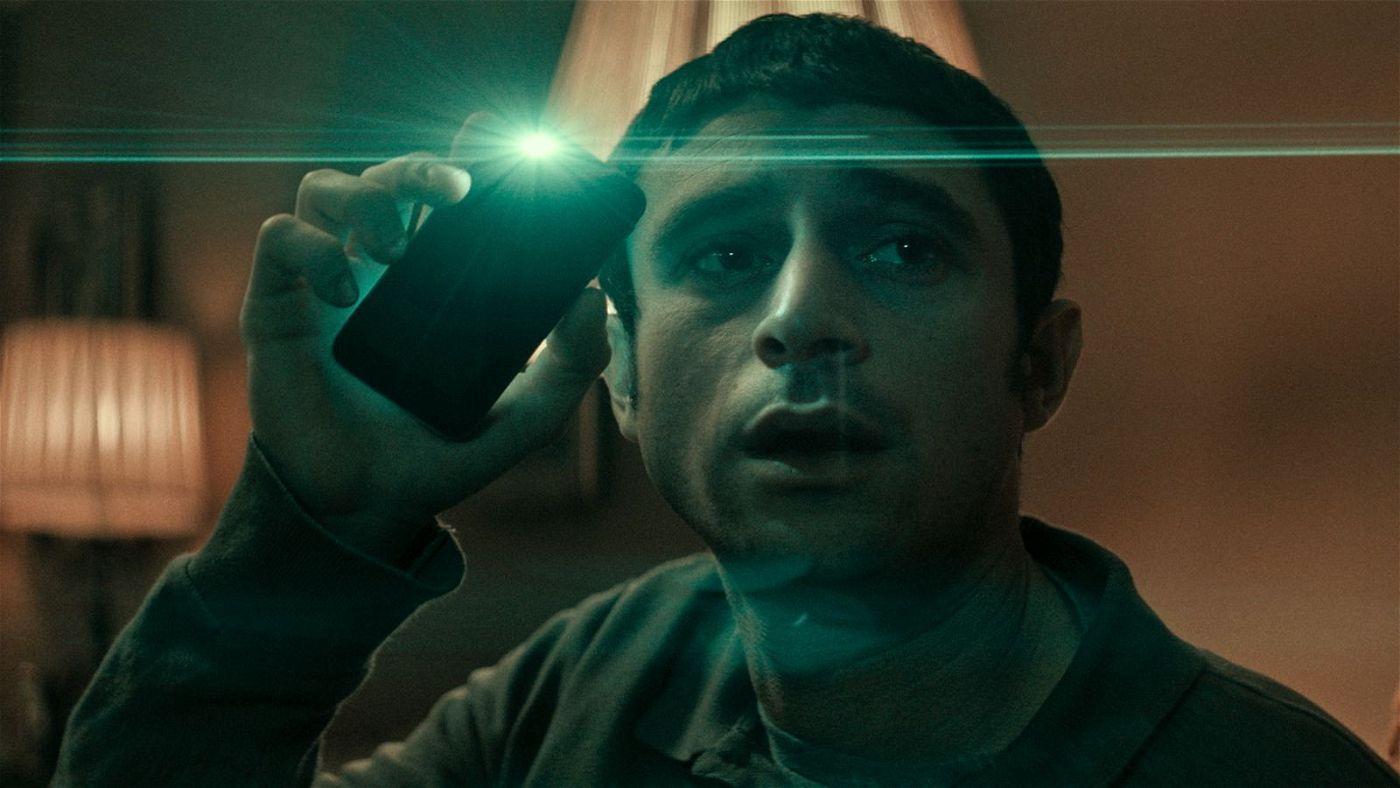 Während seines nächtlichen Wachdienstes macht sich Yakov (Dave Davis) mit seinem neuen Smartphone vertraut.