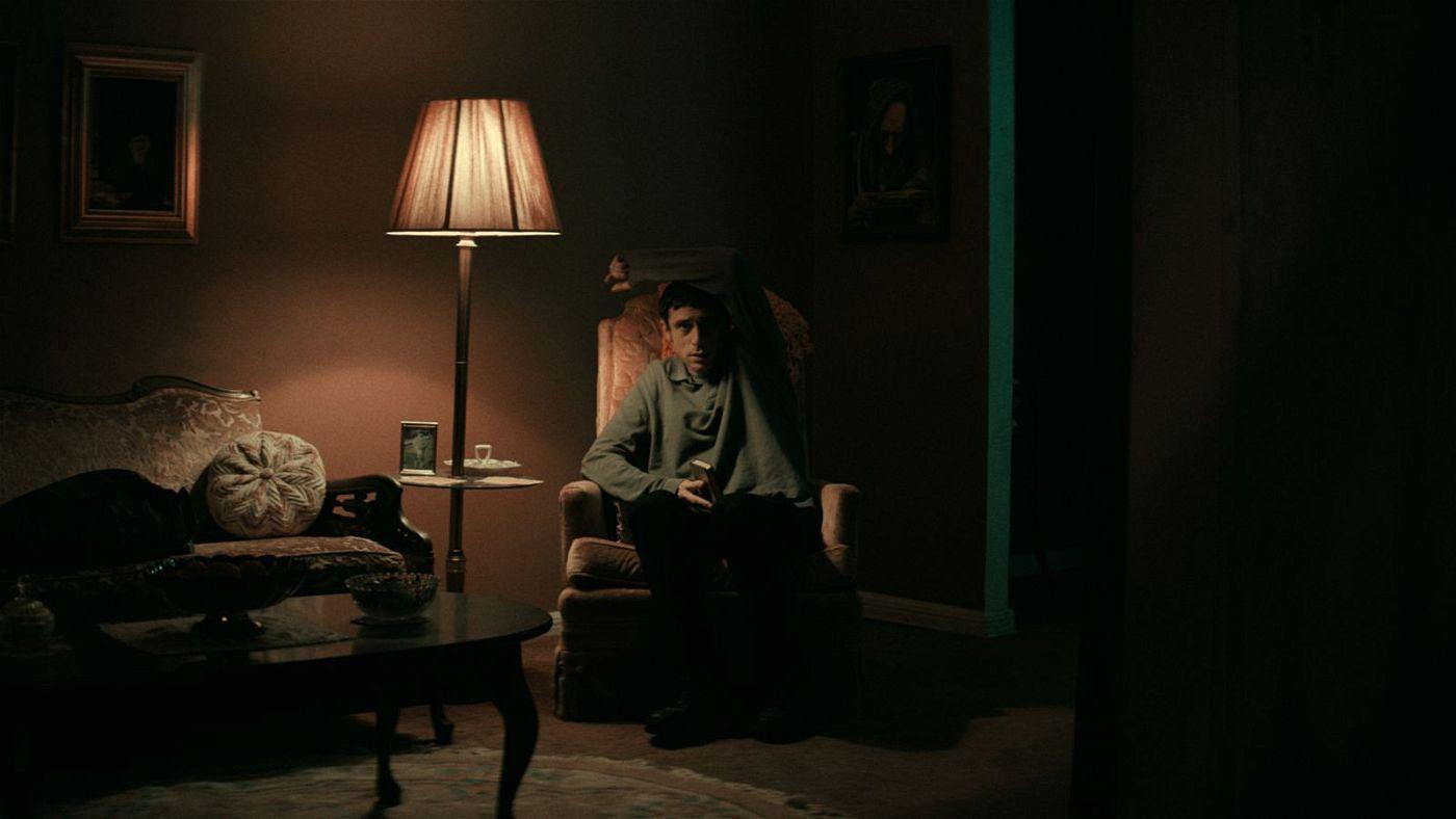 Sitzen und aufpassen - was einfach klingt, wird für Yakov (Dave Davis) zu einer echten Belastungsprobe.