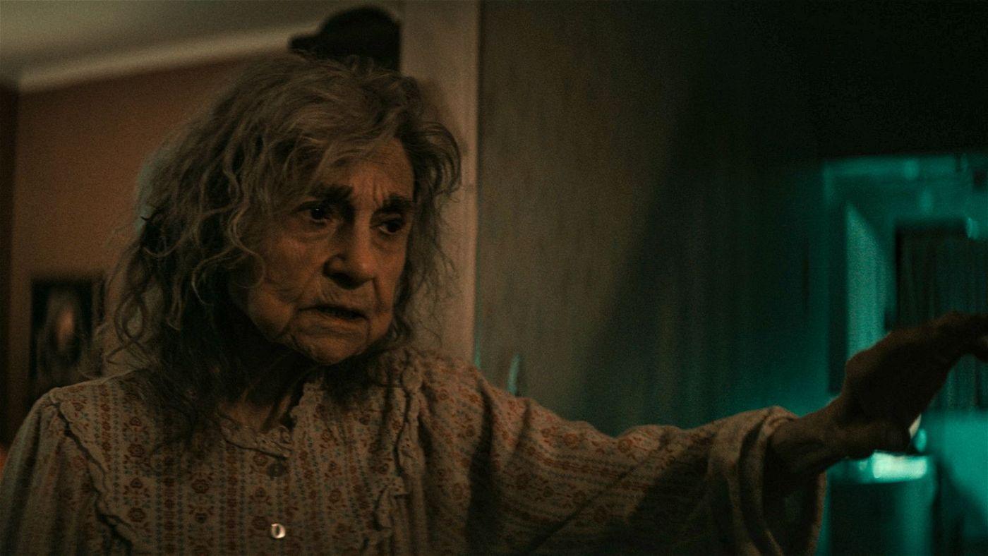 Mrs. Litvak (Lynn Cohen), die Witwe des Verstorbenen, empfängt Yakov nicht mit offenen Armen.
