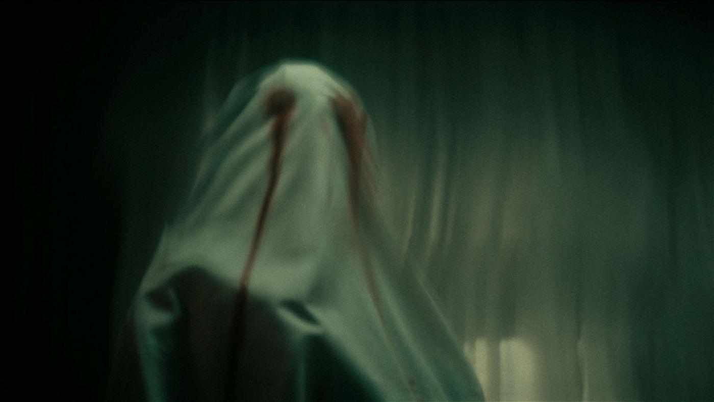 Im Verlauf der Nacht geschehen im Haus des Verstorbenen unheimliche Dinge.