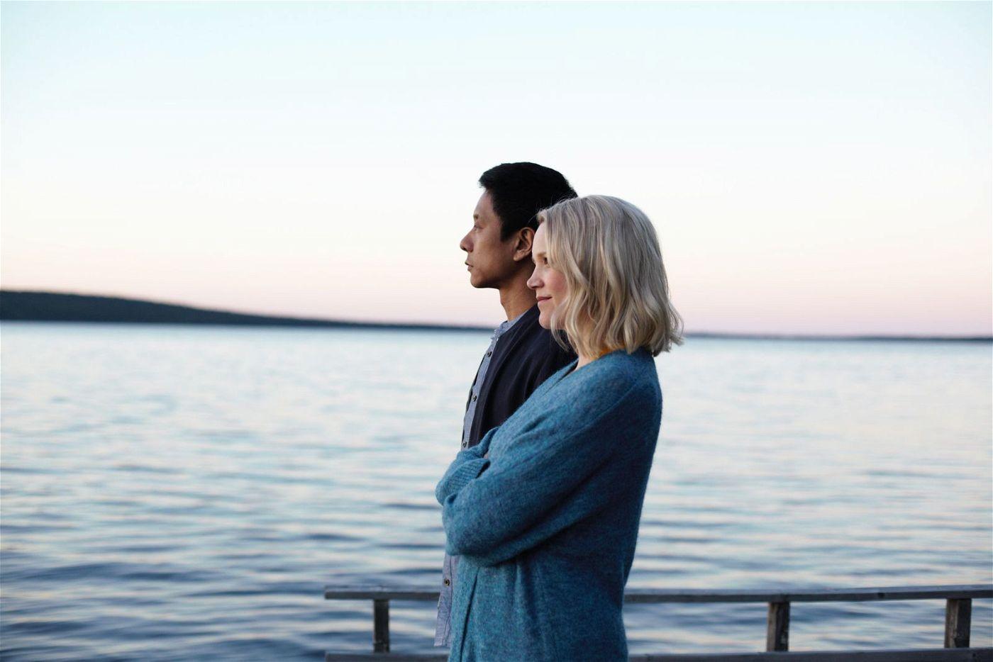 """Cheng (Pak Hon Chu) und Sirkka (Anna-Maija Tuokko) genießen die Stille Lapplands, die in """"Master Cheng in Pohjanjoki"""" die heimliche Hauptrolle spielt."""