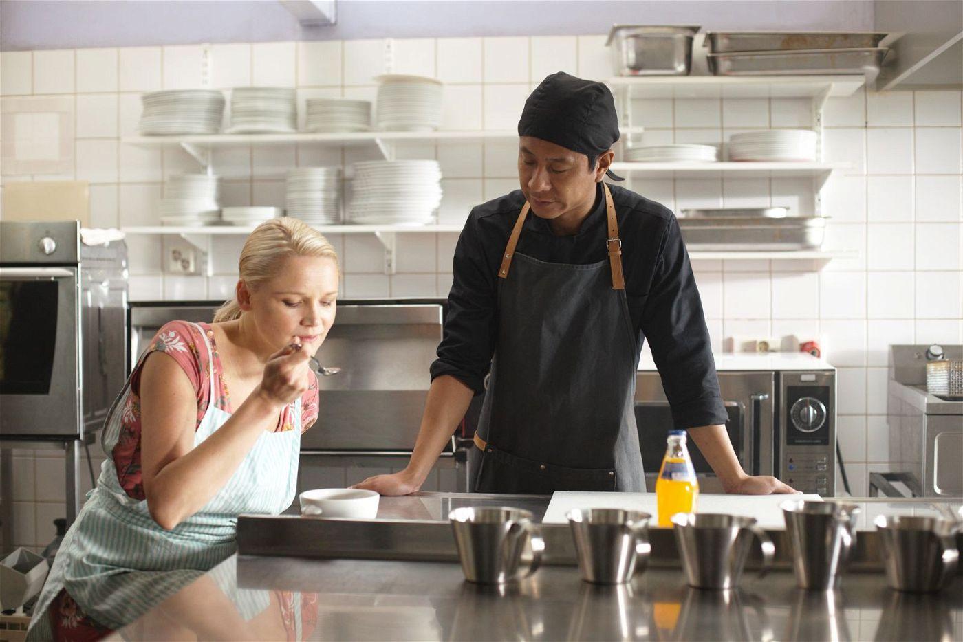 Cheng (Pak Hon Chu) macht Sirkka (Anna-Maija Tuokko) mit den Geheimnissen der chinesischen Küche vertraut.