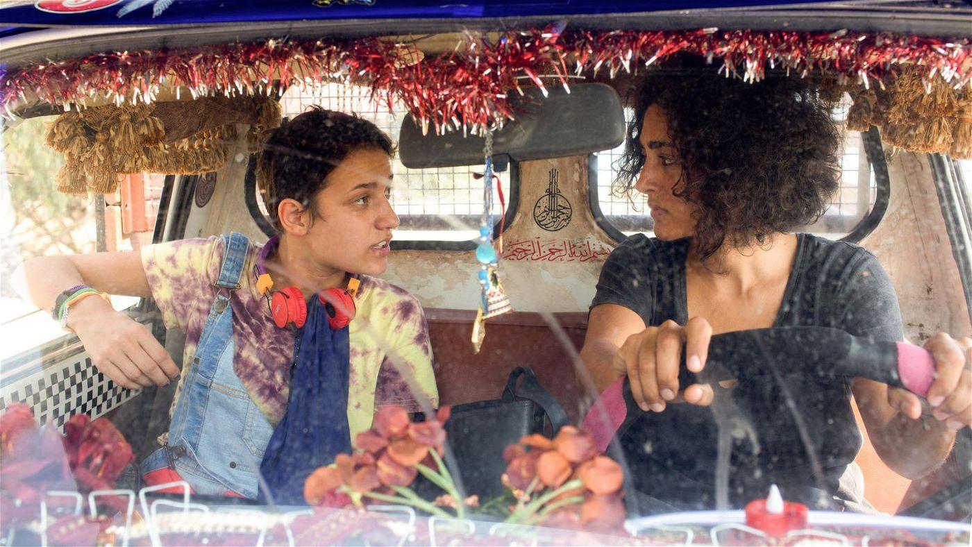 Olfa (Aïcha Ben Miled, links) und Selma (Golshifteh Farahani) kämpfen sich durch den Verkehr von Tunis.