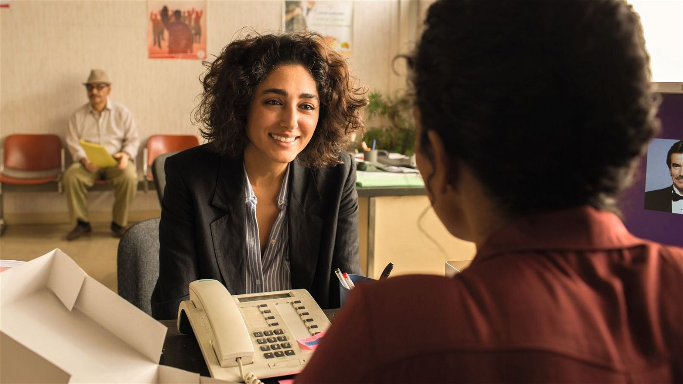 Selma (Golshifteh Farahani) versucht, eine Genehmigung für ihre Praxis zu bekommen.