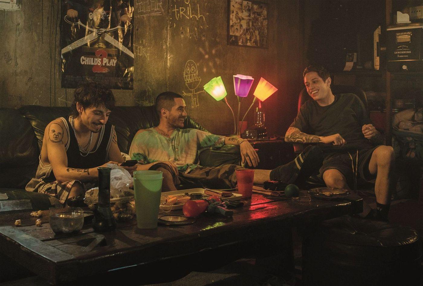 In einem Keller hängt Scott (Pete Davidson, rechts) mit seinen Kumpels Igor (Moises Arias, links) und Oscar (Ricky Velez) ab und konsumiert Drogen.