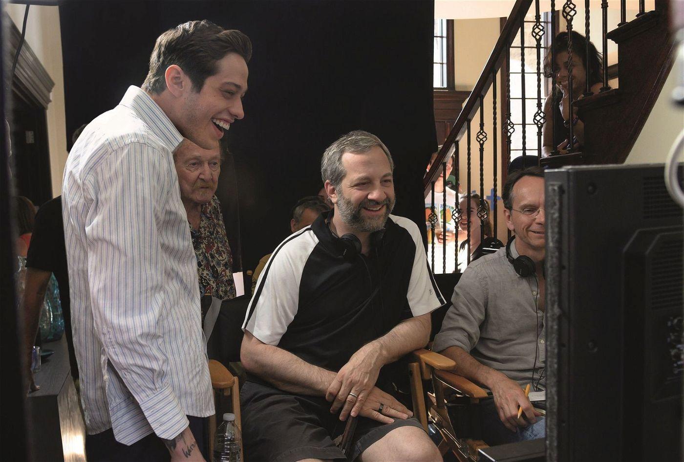 """Judd Apatow (Mitte) führte Regie bei """"The King of Staten Island""""."""
