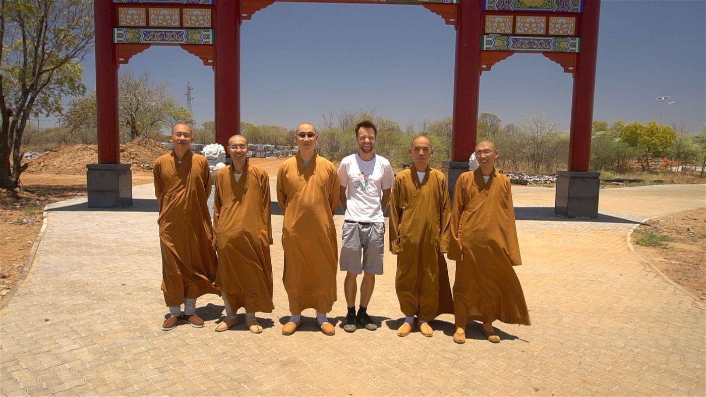 Für seinen Dokumentarfilm reiste Jesco Puluj (vierter von links) durch mehrere vom Buddhismus geprägte Länder.