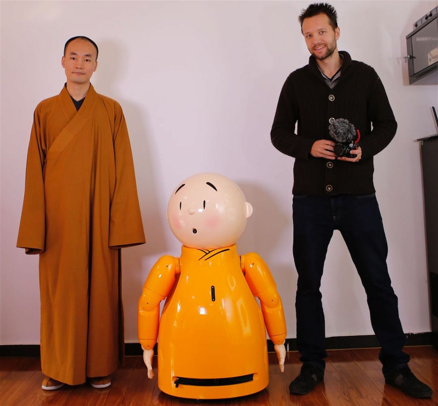 In China machte Jesco Puluj (rechts) nicht nur mit Buddhisten aus Fleisch und Blut Bekanntschaft, sondern auch mit einem Mönchs-Roboter.