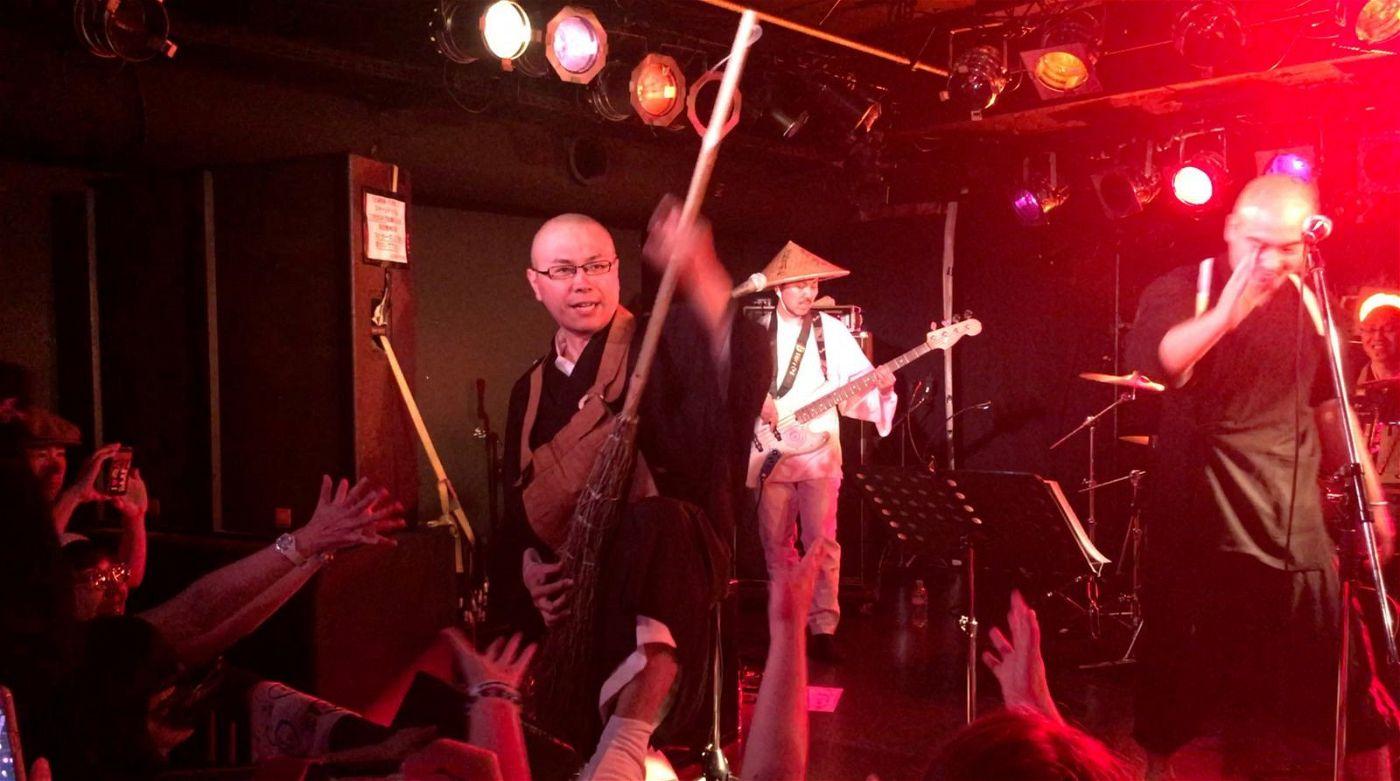 In Tokio betreiben buddhistische Mönche eine Bar und geben dort Rockkonzerte. Ihr Ziel: junge Menschen für ihre Religion zu begeistern.
