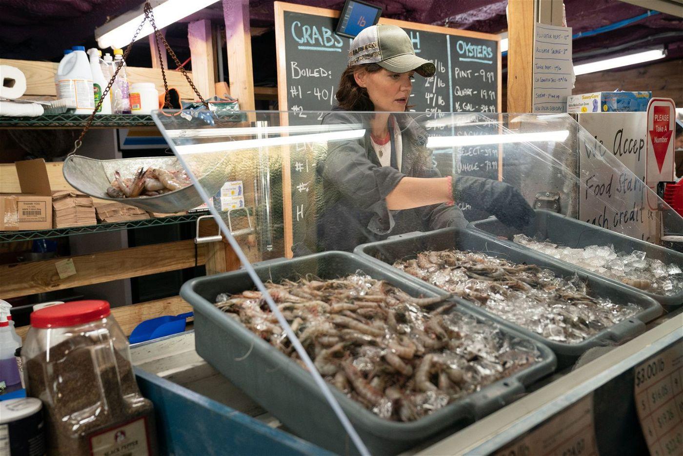 Miranda (Katie Holmes) schlägt sich in einem Fischrestaurant mehr schlecht als recht durchs Leben.