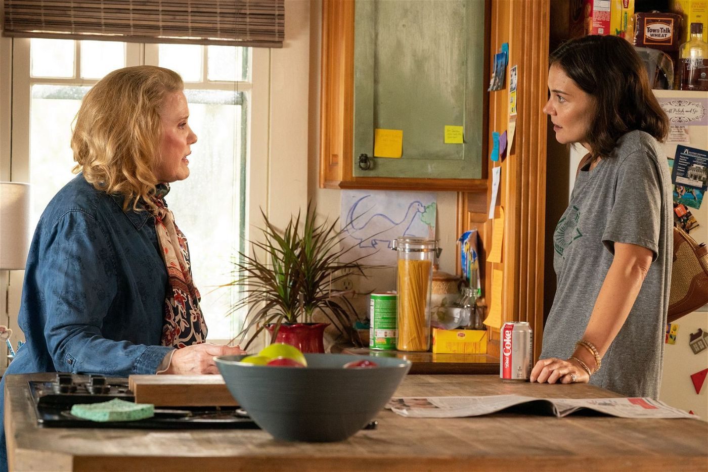Schwiegermutter Bobby (Celia Weston, links) liest Miranda (Katie Holmes) öfter mal die Leviten.
