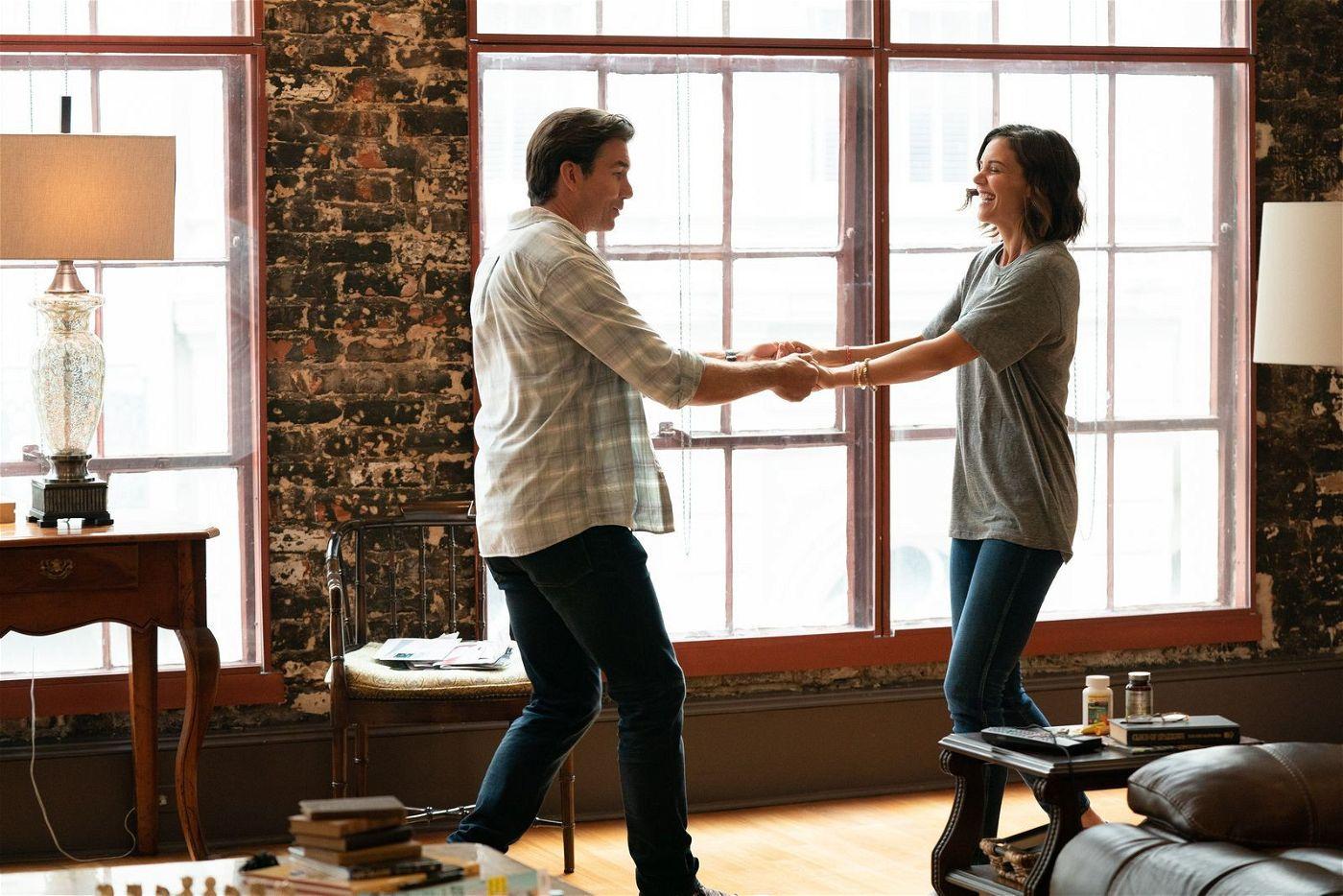 Tucker (Jerry O'Connell) findet Miranda (Katie Holmes) ziemlich toll und tanzt vor Freude, als sie seinem Heiratsantrag zustimmt.