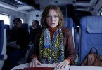 Helga (Pilar Castro) wird im Zug mit einer Geschichte konfrontiert, die ihr alles abverlangt.