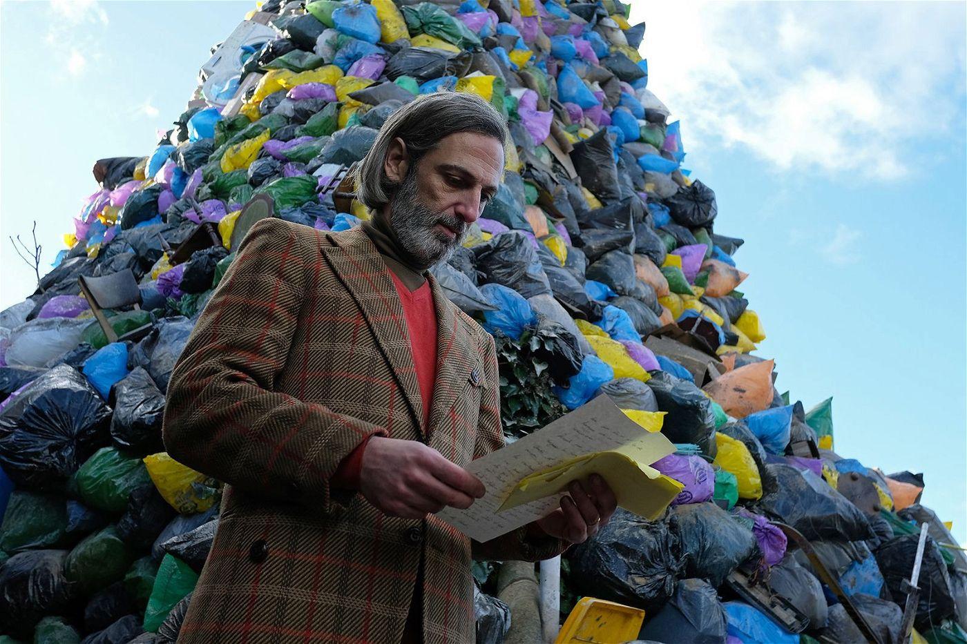 Dr. Sanagustin (Ernesto Alterio) beginnt seine Geschichte mit einem enormen Müllberg.
