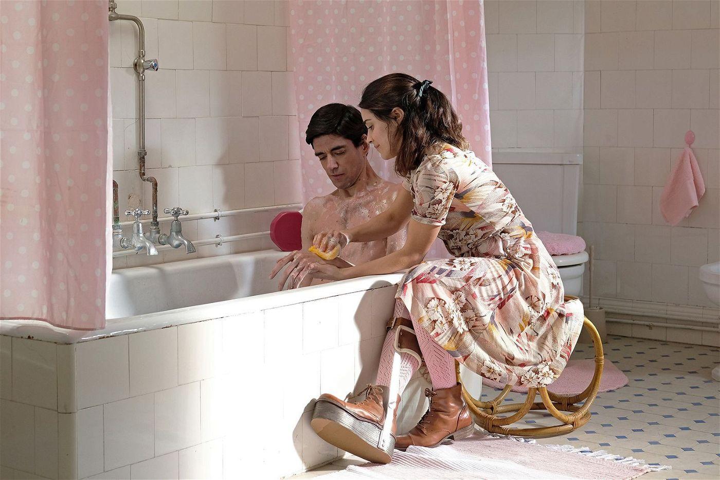 Rosa (Macarena García) könnte Garaté (Javier Botet) die Liebe zeigen. Doch leider hat sie zwei asymmetrische Beine.
