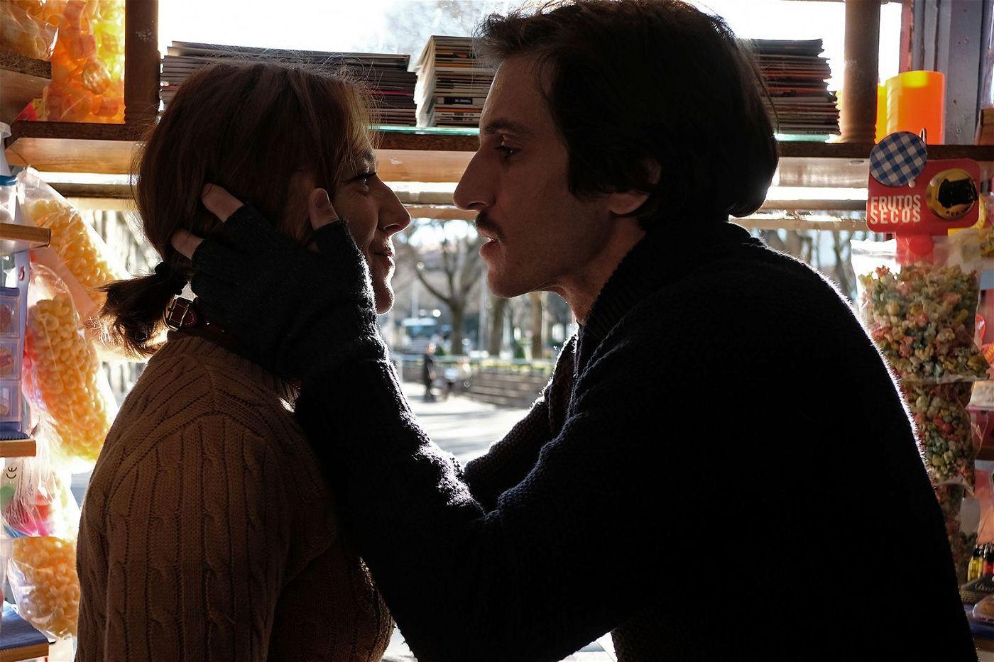 Emilio (Quim Gutiérrez) empfindet für seine Freundin Helga (Pilar Castro) nicht nur Liebe.