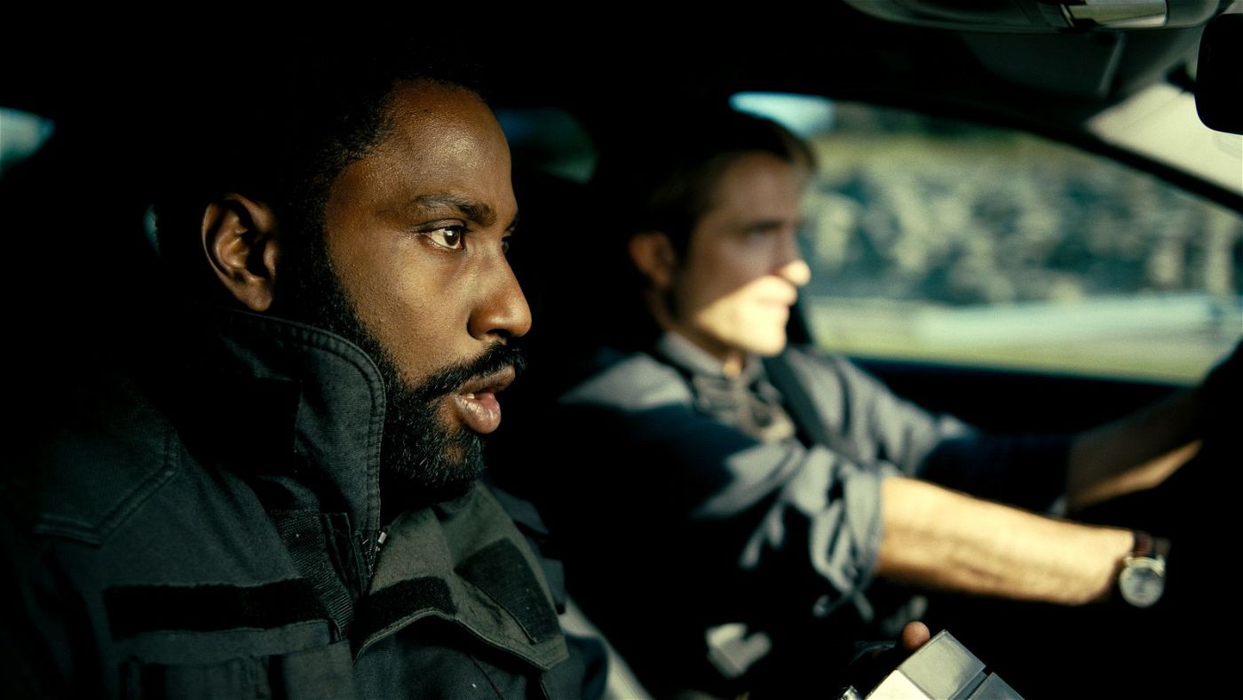 Der Protagonist (John David Washington, links) und Neil (Robert Pattinson) planen ein waghalsiges Manöver.