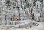 Im italienischen Carrara wird seit Jahrhunderten Marmor abgebaut. Heute geschieht das im großen Maßstab und mit schwerem Gerät.