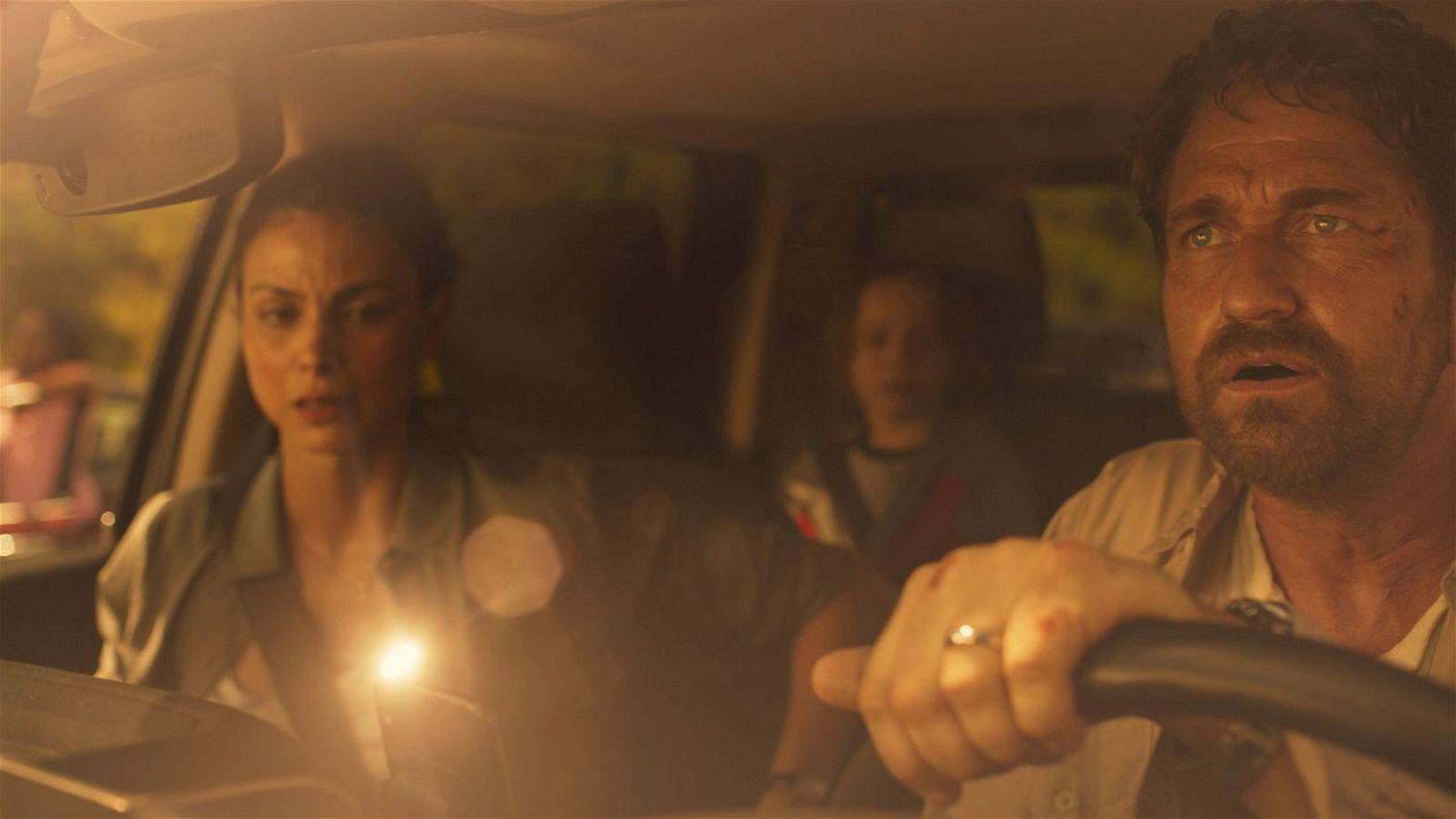 John (Gerard Butler, rechts) ist zusammen mit seiner Frau Allison (Morena Baccarin) und dem siebenjährigen Sohn Nathan (Roger Dale Floyd) auf der Flucht.