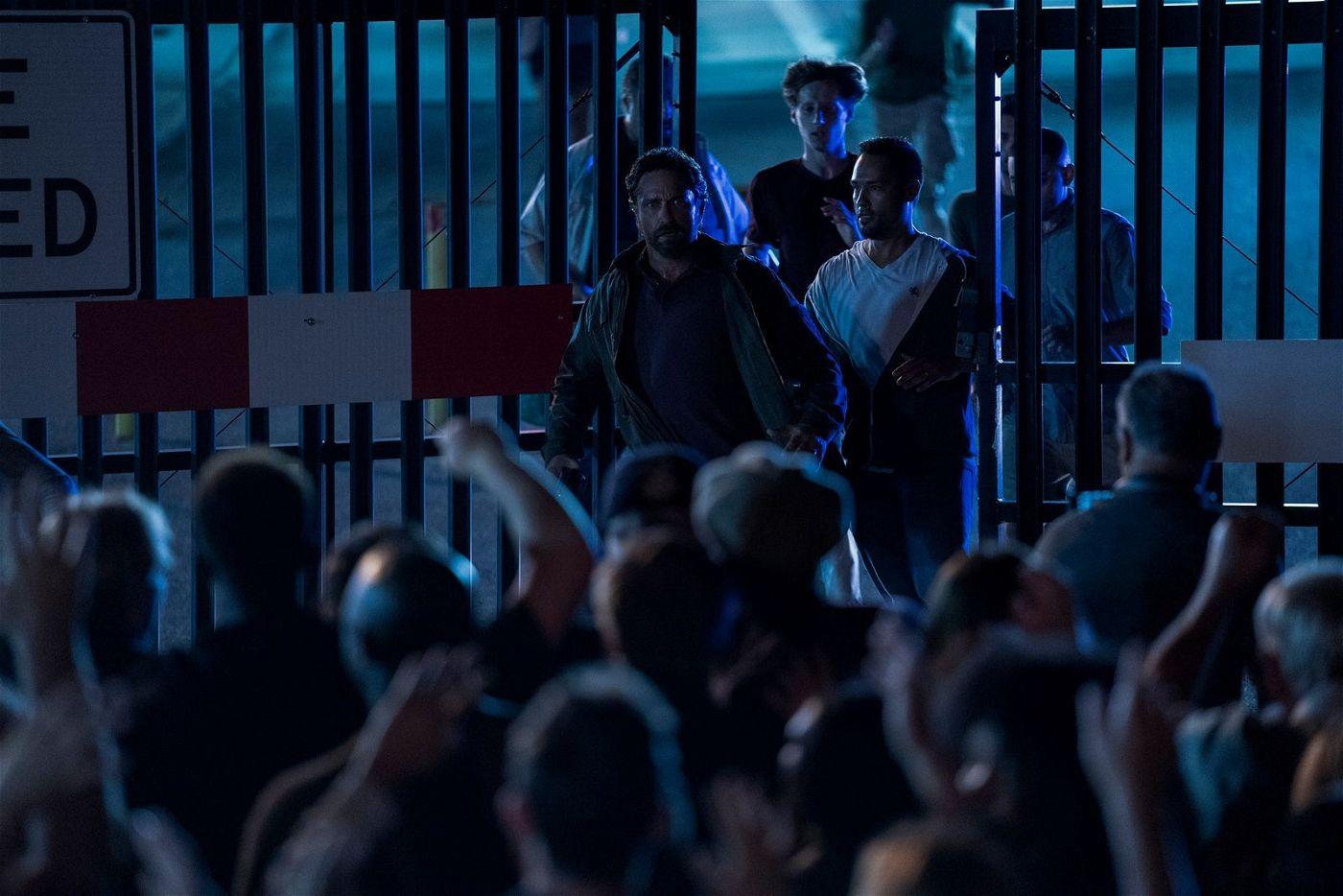 Auf einer Militärbasis sucht John (Gerard Butler) nach seiner Familie.