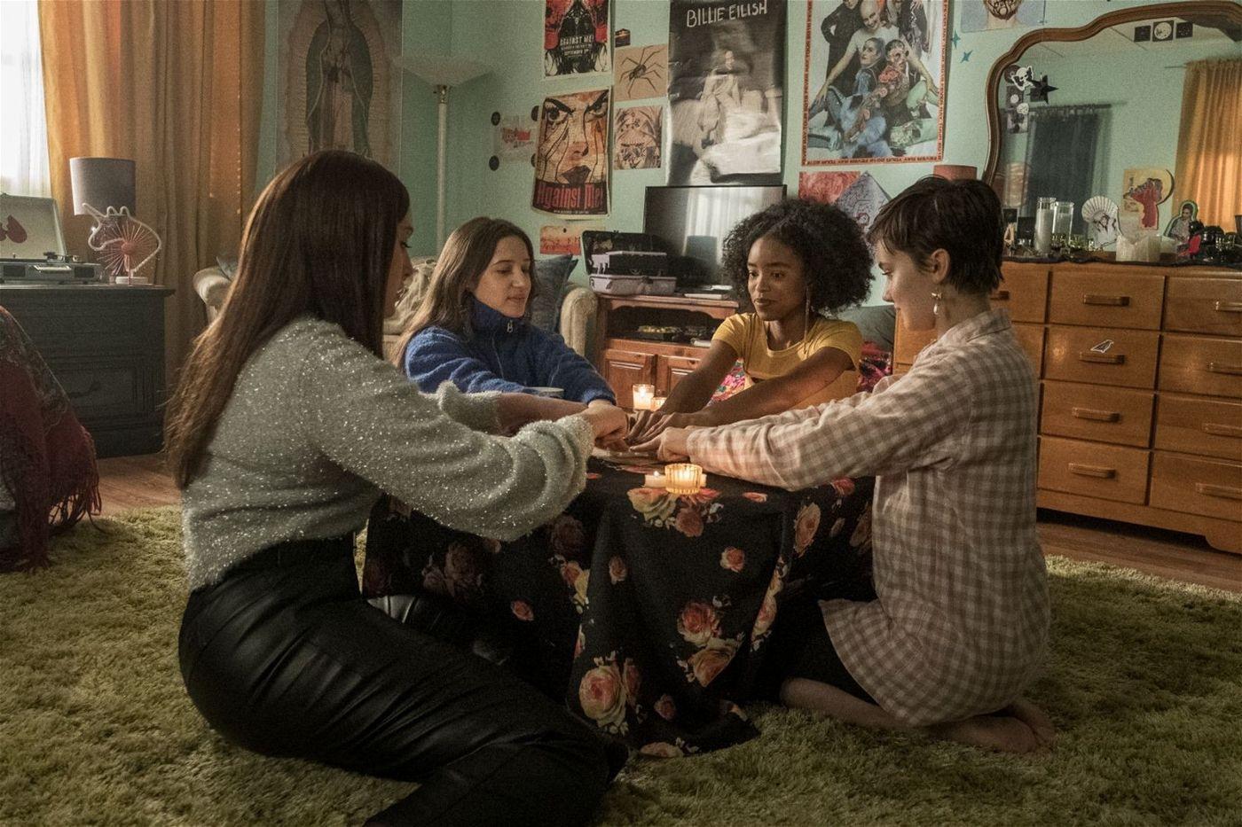 Hannah (Cailee Spaeny, rechts) und ihre neuen Freundinnen Lourdes (Zoey Luna, links), Frankie (Gideon Adlon, zweite von links) und Tabby (Lovie Simone) führen ein magisches Ritual durch.
