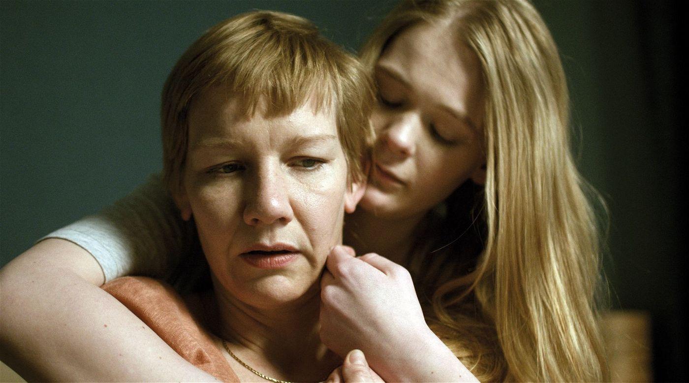 Marlene (Sandra Hüller, links) und Mona (Gro Swantje Kohlhof) werden von Albträumen geplagt.
