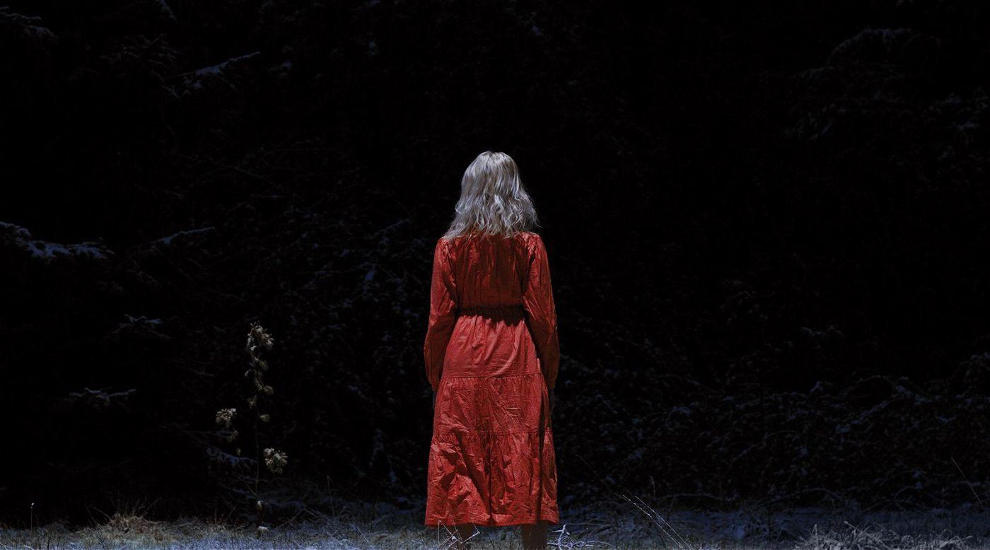 """Der Horror kommt im roten Kleid: Michael Venus' """"Schlaf"""" ist der beste Beweis, dass man sich im deutschen Kino perfekt auf - viel zu selten produzierte - Genrefilme versteht."""