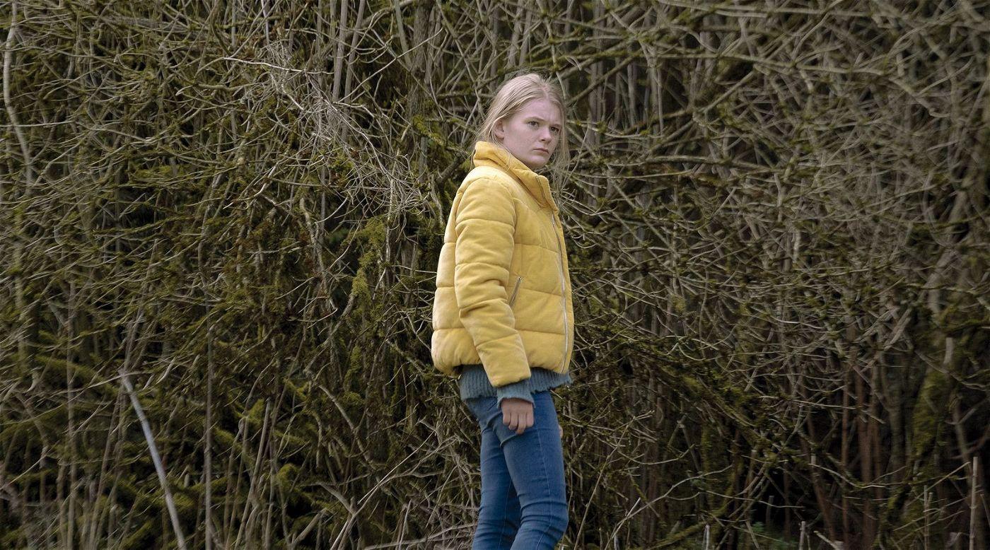 Mona (Gro Swantje Kohlhof) will Licht in das undurchdringliche Dickicht bringen, das sich nach jahrzehntelangem Schweigen in Stainbach ausgebreitet hat.