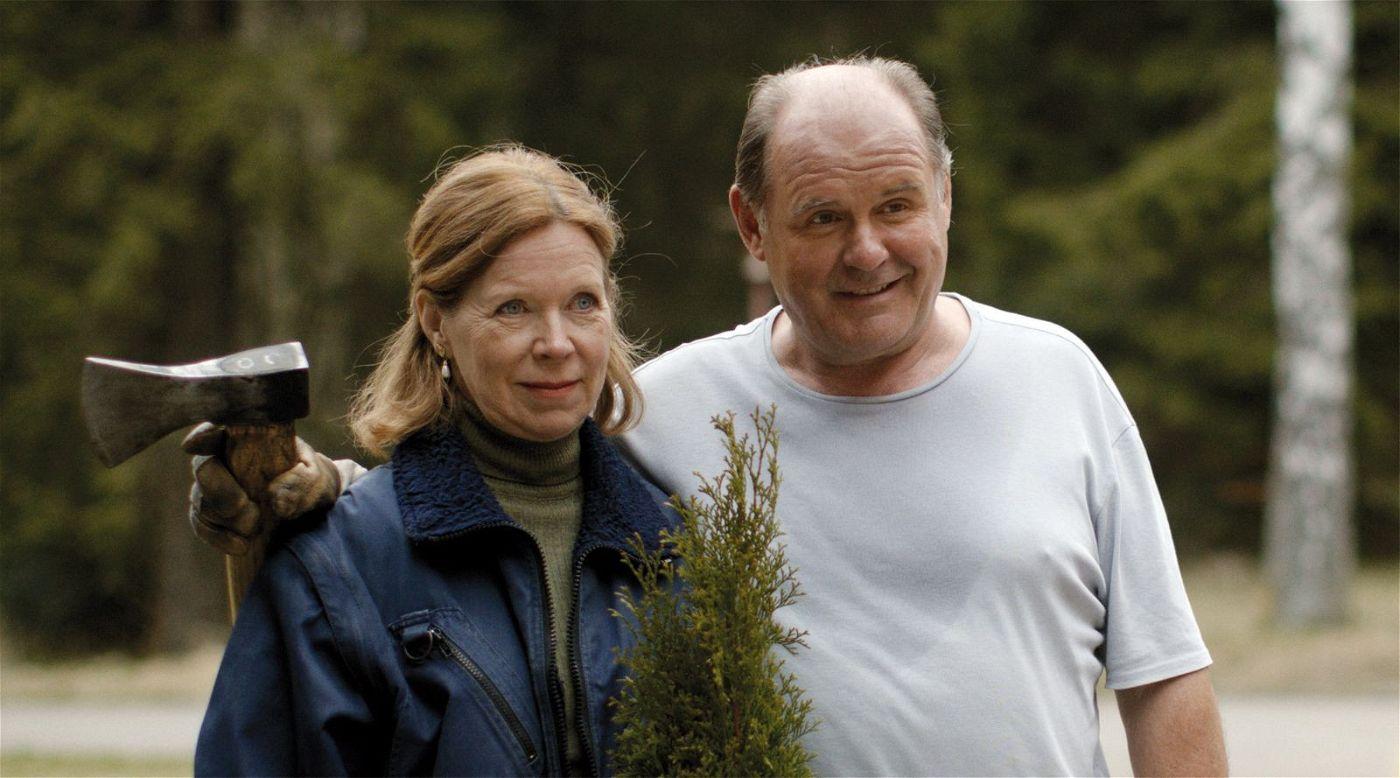 Das Hoteliers-Paar Lore und Otto (Marion Kracht, August Schmölzer) hat die Axt nicht zufällig dabei.
