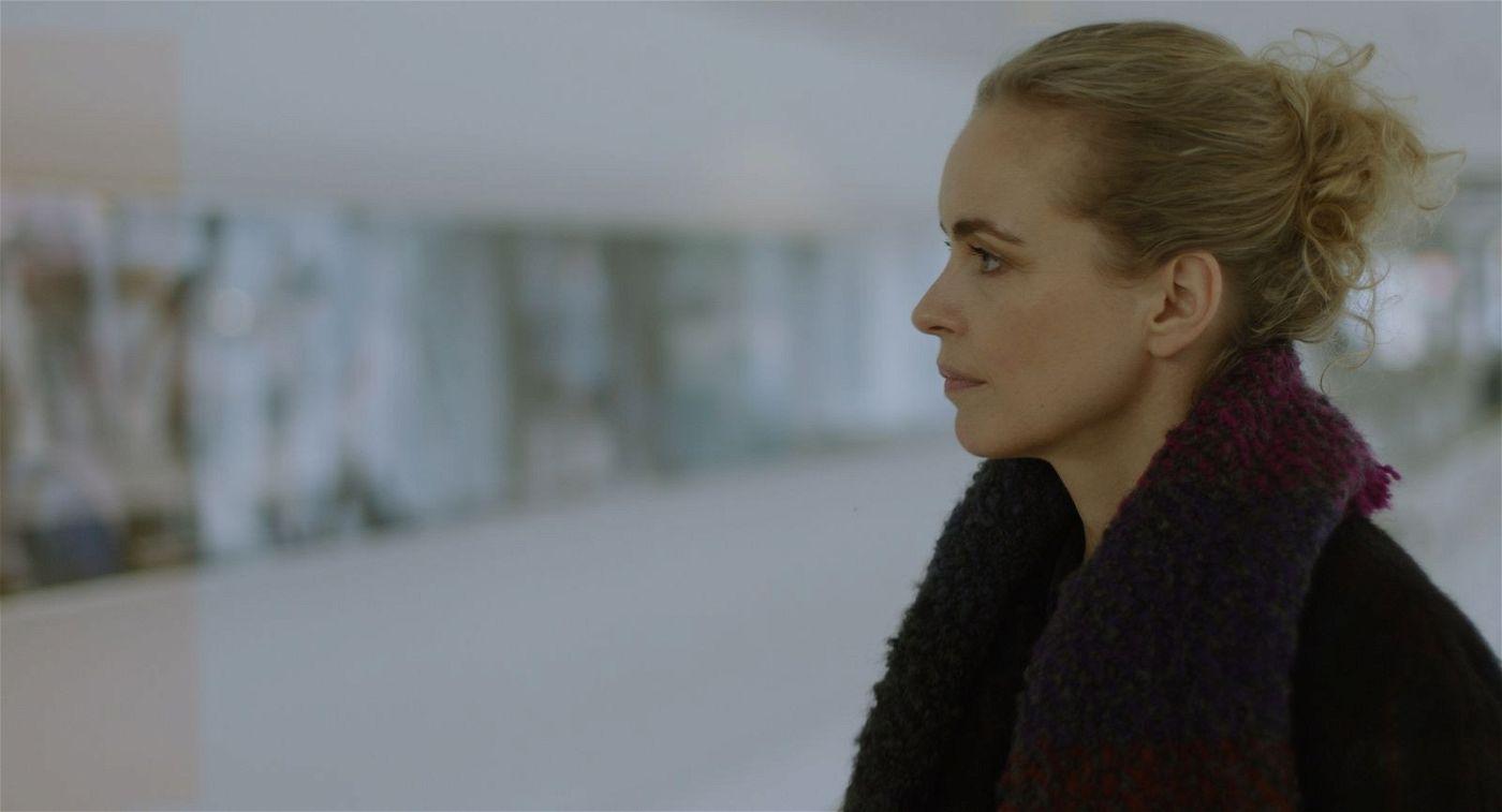 Nina Hoss kämpft sich als Lisa tapfer durch ein Leben, das ihr entglitten ist und jetzt auch noch den Tob bereithält.