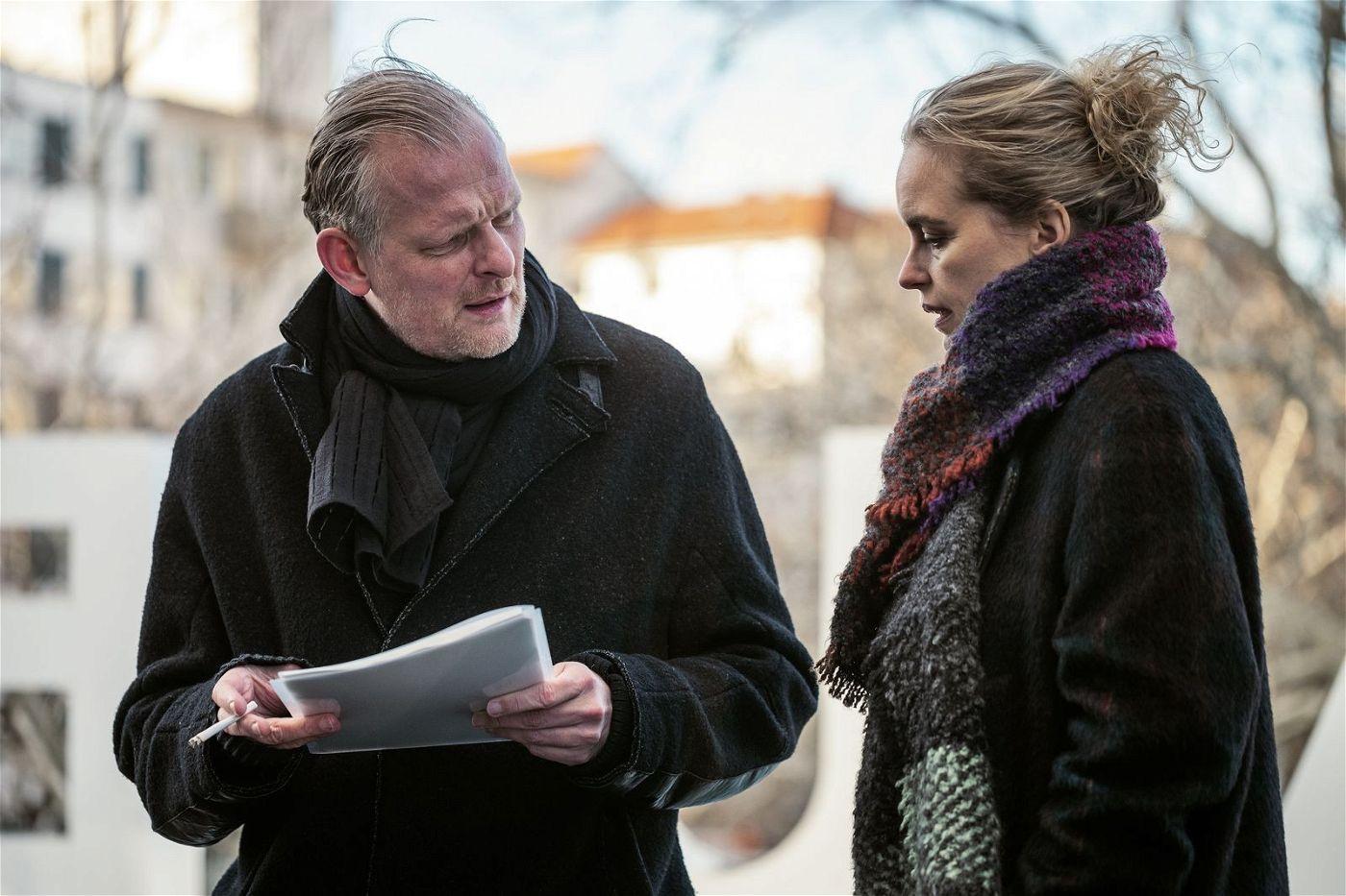 Lisa (Nina Hoss) will Regisseur David (Thomas Ostermeier) überreden, ihrem Bruder einen letzten Auftritt zu verschaffen.