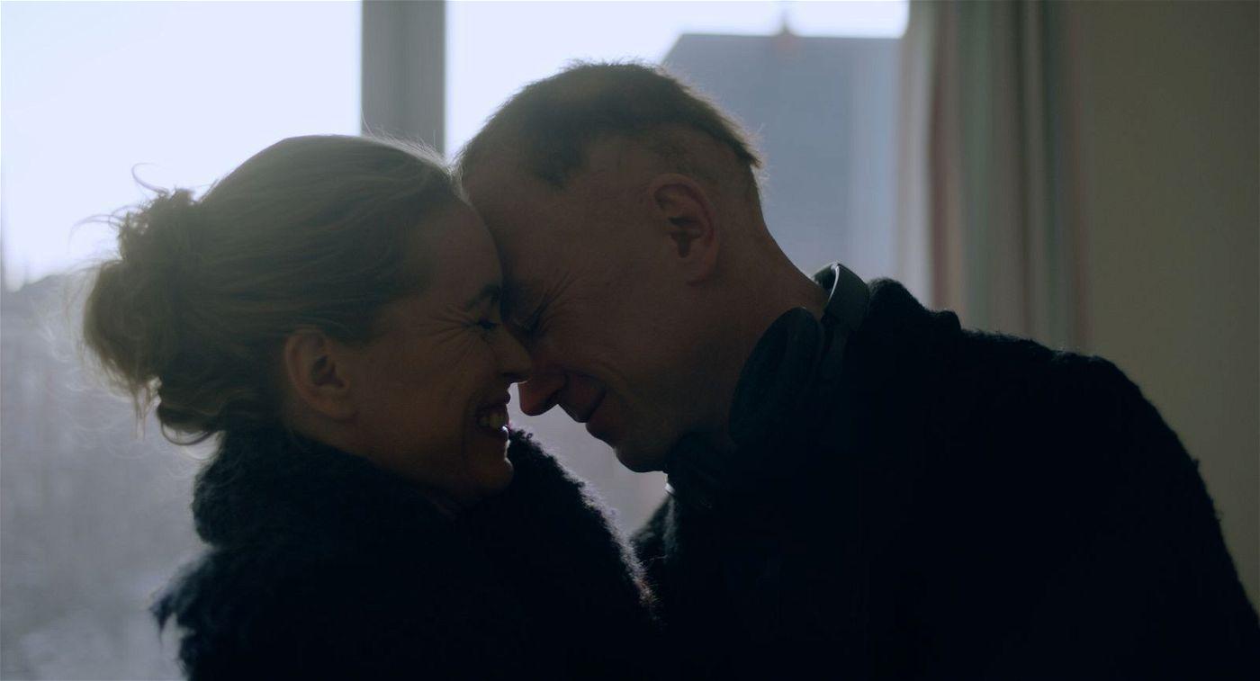 Beim Besuch seiner Schwester Lisa (Nina Hoss) in den Schweizer Alpen will sich Sven (Lars Eidinger) von einer Knochenmarktransplantation erholen.