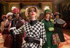 Großer Auftritt: Die Oberhexe (Anne Hathaway) führt ihre Kolleginnen ins Luxushotel.