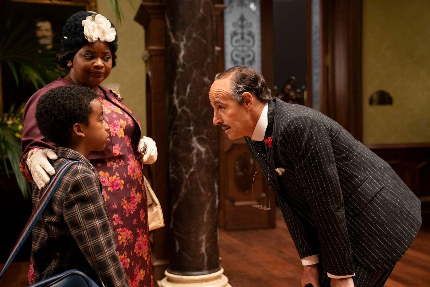 Die Helden des Films, eine Großmutter (Octavia Spencer) mit ihrem Enkel (Jahzir Kadeem Bruno), werden vom Hotelmanager beim Einchecken begrüßt.