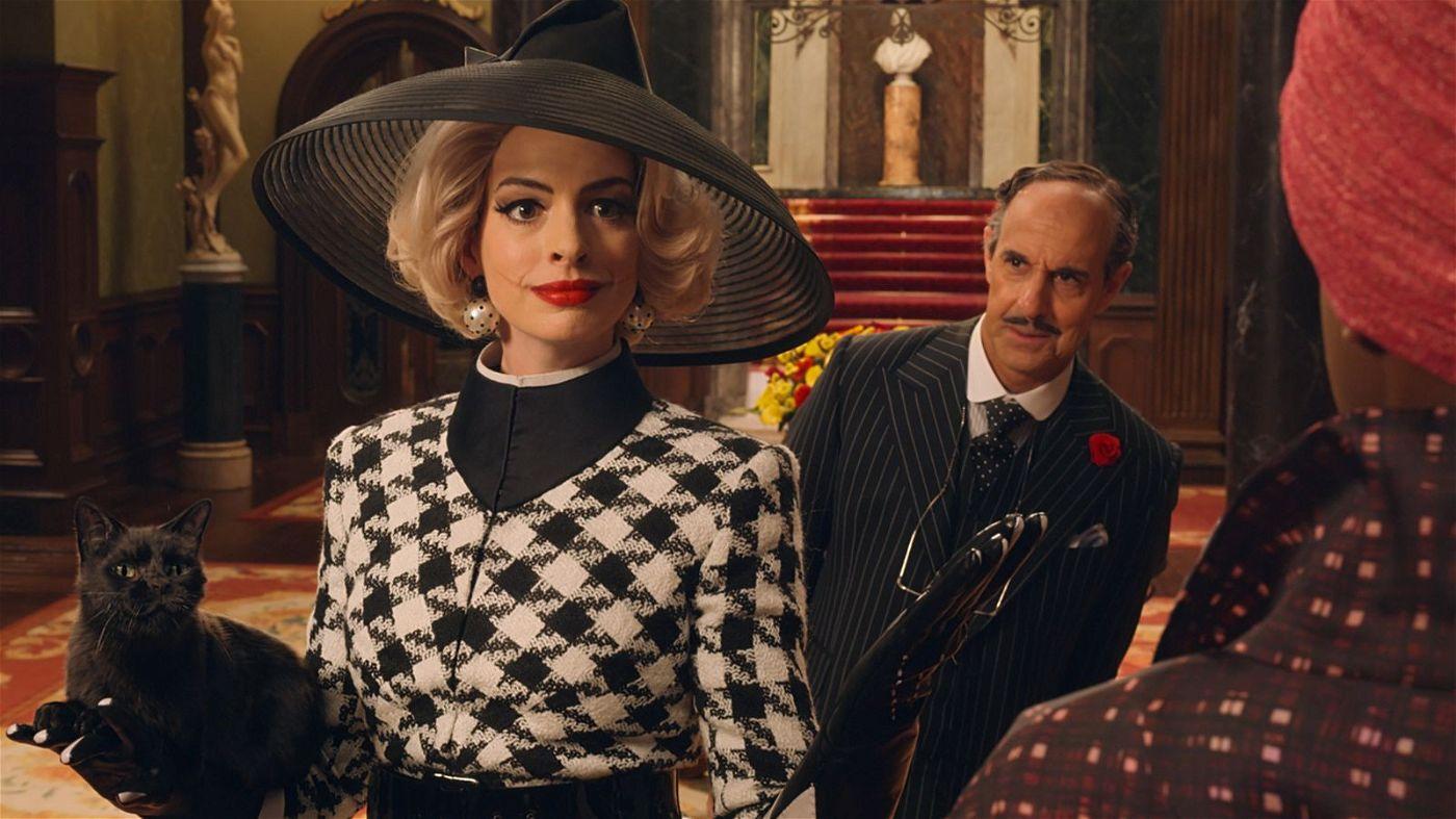 Der Hotelmanager (Stanley Tucci) weiß noch nicht, wen er sich da ins Haus geholt hat. Die Oberhexe (Anne Hathaway) hingegen schmiedet längst düstere Pläne.